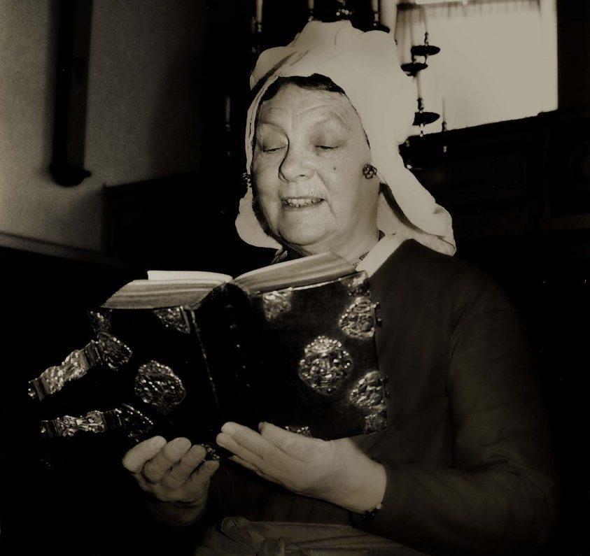 3. Dame zingend uit zilveren bijbel – Bron Bernard van Noordwijk